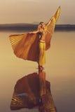 Όμορφη ξανθή γυναίκα χορευτών κοιλιών Στοκ Φωτογραφίες