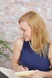 Όμορφη ξανθή εργασία επιχειρησιακών γυναικών Στοκ Εικόνες