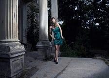 όμορφη ξανθή θέτοντας γυναί& Στοκ Εικόνες