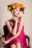όμορφη ξανθή θέτοντας γυναί& Στοκ φωτογραφία με δικαίωμα ελεύθερης χρήσης