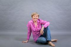 Όμορφη ξανθή καθιερώνουσα τη μόδα ανώτερη κυρία Στοκ φωτογραφίες με δικαίωμα ελεύθερης χρήσης