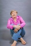 Όμορφη ξανθή καθιερώνουσα τη μόδα ανώτερη κυρία Στοκ εικόνα με δικαίωμα ελεύθερης χρήσης