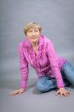 Όμορφη ξανθή καθιερώνουσα τη μόδα ανώτερη κυρία Στοκ Εικόνα