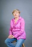 Όμορφη ξανθή καθιερώνουσα τη μόδα ανώτερη κυρία Στοκ εικόνες με δικαίωμα ελεύθερης χρήσης