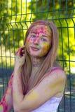 Όμορφη ξανθή καλυμμένη γυναίκα σκόνη Holi χρώματος Στοκ φωτογραφία με δικαίωμα ελεύθερης χρήσης