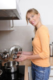 όμορφη ξανθή μαγειρεύοντα&si Στοκ εικόνες με δικαίωμα ελεύθερης χρήσης