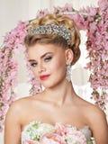 Όμορφη ξανθή νύφη με το χαμόγελο λουλουδιών Στοκ εικόνα με δικαίωμα ελεύθερης χρήσης