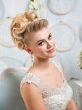 Όμορφη ξανθή νύφη με το χαμόγελο λουλουδιών Στοκ Εικόνα