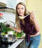 Όμορφη ξανθή δοκιμάζοντας σούπα Στοκ Φωτογραφία