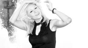 όμορφη ξανθή πηγή κοντά στις &ups Στοκ φωτογραφίες με δικαίωμα ελεύθερης χρήσης