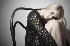 Όμορφη ξανθή προκλητική γυναίκα στο φόρεμα. Προκλητικό θέτοντας κορίτσι Στοκ Εικόνες