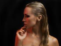 όμορφη ξανθή προκλητική γυ&n Σκοτεινή ανασκόπηση Φωτεινά μάτια Smokey στοκ εικόνες