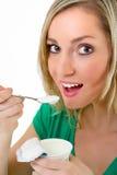 όμορφη ξανθή τρώγοντας γυν&alp Στοκ φωτογραφία με δικαίωμα ελεύθερης χρήσης