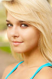 όμορφη ξανθή υπαίθρια γυναί& Στοκ φωτογραφία με δικαίωμα ελεύθερης χρήσης