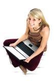 όμορφη ξανθή χρησιμοποίηση lap-top τριχώματος κοριτσιών Στοκ φωτογραφίες με δικαίωμα ελεύθερης χρήσης