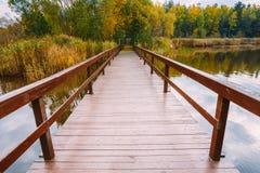 Όμορφη ξύλινη αποβάθρα για την αλιεία, το μικρό ξύλινο υπόστεγο σπιτιών και το β Στοκ Εικόνες