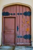 Όμορφη ξύλινη πόρτα με το δικτυωτές ντεκόρ και την κλειδαριά Ρωσία Άγιος-Πετρούπολη peterhof Στοκ εικόνες με δικαίωμα ελεύθερης χρήσης
