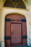 Όμορφη ξύλινη πόρτα με το δικτυωτές ντεκόρ και την κλειδαριά Ρωσία Άγιος-Πετρούπολη peterhof Στοκ εικόνα με δικαίωμα ελεύθερης χρήσης