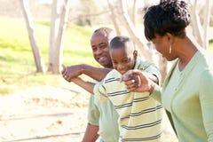 Όμορφη οικογένεια αφροαμερικάνων που παίζει έξω Στοκ Εικόνα