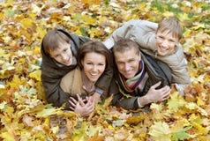 όμορφη οικογένεια ευτυ&c Στοκ φωτογραφίες με δικαίωμα ελεύθερης χρήσης