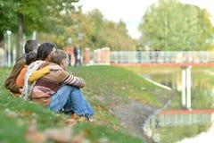 όμορφη οικογένεια ευτυ&c Στοκ εικόνα με δικαίωμα ελεύθερης χρήσης