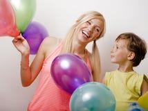 Όμορφη οικογένεια με τα μπαλόνια χρώματος στο άσπρο υπόβαθρο Στοκ Εικόνες