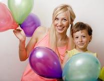 Όμορφη οικογένεια με τα μπαλόνια χρώματος στο άσπρο υπόβαθρο Στοκ Φωτογραφία