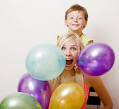 Όμορφη οικογένεια με τα μπαλόνια χρώματος στο άσπρο υπόβαθρο Στοκ Φωτογραφίες