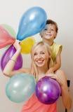 Όμορφη οικογένεια με τα μπαλόνια χρώματος στο άσπρο υπόβαθρο Στοκ φωτογραφία με δικαίωμα ελεύθερης χρήσης