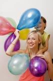 Όμορφη οικογένεια με τα μπαλόνια χρώματος στο άσπρο υπόβαθρο Στοκ φωτογραφίες με δικαίωμα ελεύθερης χρήσης