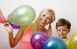 Όμορφη οικογένεια με τα μπαλόνια χρώματος στο άσπρο υπόβαθρο Στοκ εικόνες με δικαίωμα ελεύθερης χρήσης