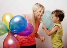 Όμορφη οικογένεια με τα μπαλόνια χρώματος στο άσπρο υπόβαθρο Στοκ Εικόνα