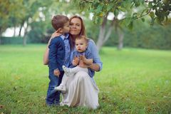 όμορφη οικογένεια στοκ εικόνα με δικαίωμα ελεύθερης χρήσης