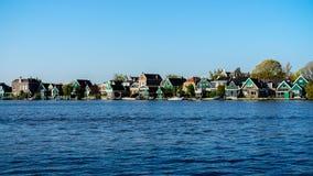 Όμορφη ολλανδική σκηνή με τα παραδοσιακά σπίτια από το κανάλι στις Κάτω Χώρες στοκ φωτογραφία