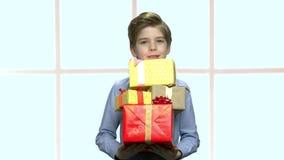 Όμορφη ομάδα εκμετάλλευσης αγοριών κιβωτίων δώρων απόθεμα βίντεο