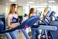 Όμορφη ομάδα νέων φίλων γυναικών που ασκούν treadmill στη φωτεινή σύγχρονη γυμναστική στοκ φωτογραφία με δικαίωμα ελεύθερης χρήσης