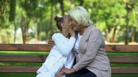 Όμορφη ομιλούσα γιαγιά κοριτσιών που μοιράζεται τις ειδήσεις και τα μυστικά, εμπιστεμένος οικογένεια σχέσεων φιλμ μικρού μήκους