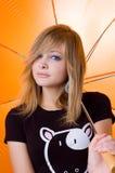 όμορφη ομπρέλα κοριτσιών κάτω από τις νεολαίες στοκ εικόνα