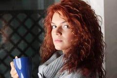 όμορφη πίνοντας κυρία καφέ Στοκ Εικόνες