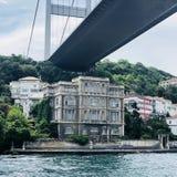 Όμορφη παλαιά αρχιτεκτονική άποψη σπιτιών κάτω από τη γέφυρα Bosphorus στοκ φωτογραφίες