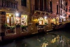Όμορφη παλαιά στενή οδός τη νύχτα στη Βενετία Στοκ Εικόνες