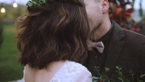 Όμορφη πανέμορφη νύφη και μοντέρνος όμορφος νεόνυμφος, αγροτικό ζεύγος σε ένα φίλημα τομέων ηλίανθων απόθεμα βίντεο