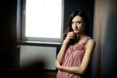 Όμορφη πανέμορφη τοποθέτηση γυναικών στο πράσινο δωμάτιο Στοκ φωτογραφίες με δικαίωμα ελεύθερης χρήσης