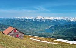 Όμορφη πανοραμική άποψη άνοιξη των χιονοσκεπών βουνών στις ελβετικές Άλπεις στοκ εικόνες