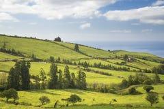 Όμορφη πανοραμική άποψη πέρα από τους ηλιόλουστους τομείς και τον Ατλαντικό Ωκεανό από την κορυφή του λόφου στο νησί του Miguel Σ Στοκ Εικόνα