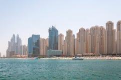 Όμορφη πανοραμική άποψη της παραλίας μαρινών του Ντουμπάι με τους ουρανοξύστες στο υπόβαθρο στο Ντουμπάι, Ε.Α.Ε. Στοκ Φωτογραφίες