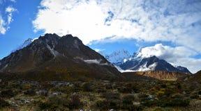 Όμορφη πανοραμική άποψη των βουνών Himalayan στην ανατολή από Khambachen Kangchenjunga, Νεπάλ στοκ εικόνες
