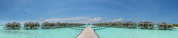 Όμορφη πανοραμική φωτογραφία πέρα από τις βίλες νερού στο τροπικό νησί στις Μαλδίβες στοκ φωτογραφία με δικαίωμα ελεύθερης χρήσης
