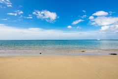 Όμορφη παραλία άμμου καμπυλών θάλασσας με τα πράσινα δέντρα στο moutain Στοκ φωτογραφίες με δικαίωμα ελεύθερης χρήσης