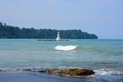 Όμορφη παραλία, άσπρα κύματα, βράχοι και άσπρη άμμος στοκ εικόνα